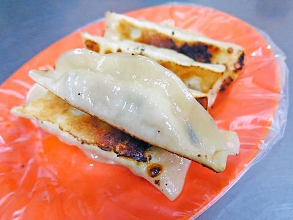 【三重美食】阿滿鍋貼-4顆鍋貼、4元水餃