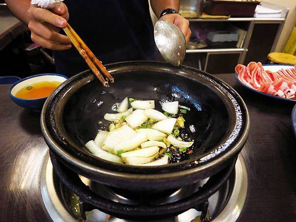 【三重火鍋】鍋士無雙精緻石頭火鍋-現炒的麻油香石頭火鍋