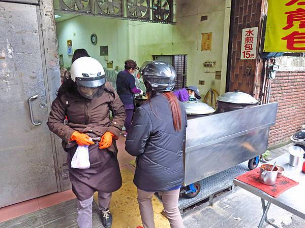 【桃園美食】南門市場林記水煎包-隱藏在市場外的超人氣煎包
