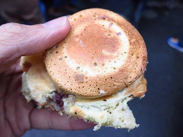 【三重美食】恬甜紅豆餅-料多到爆炸的紅豆餅