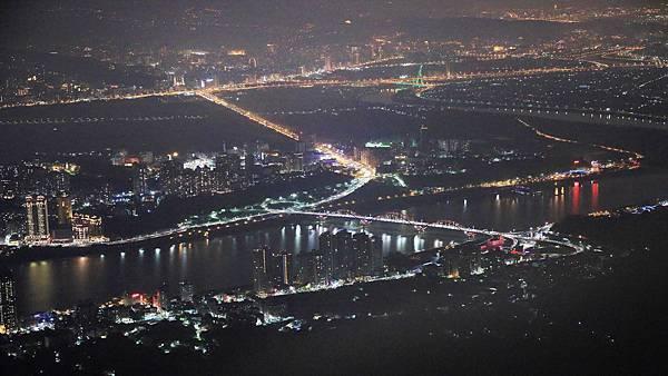 【台北旅遊】觀音山硬漢嶺夜景-淡水河口的美麗夜景
