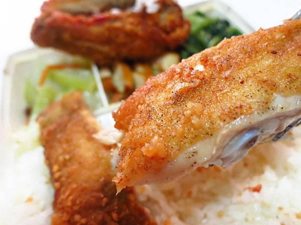 【新莊美食】榮華燒臘vs新鴨庄-三寶與巨無霸雞腿化成路便當店PK賽