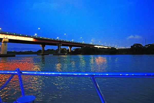 【台北旅遊】水上巴士夏季限定新店溪夜航-倒映在河中的水光雲影