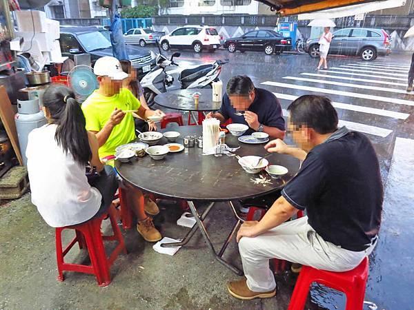 【台北美食】3元6虱目魚湯-台北也能吃到虱目魚鹹粥