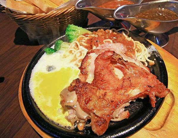 【新莊餐廳】捷運附近的統厚牛排-不到200元也能吃到完整的原肉牛排