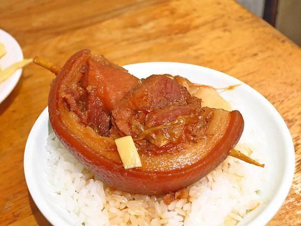 【彰化美食】阿章爌肉飯筒仔米糕-超人氣排隊必吃焢肉飯
