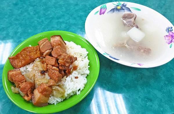 【蘆洲美食】艋舺排骨湯-燉到軟爛入口即化的排骨湯