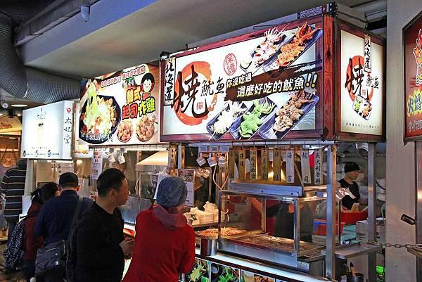 【西門町美食】西門町也能吃到百元內的平價平民美食!現炸魷魚、蒜香雞、北海道燒魷魚、韓式起司炸雞、太妃堂、火焰骰子牛肉六種品牌超過40種不同口味!