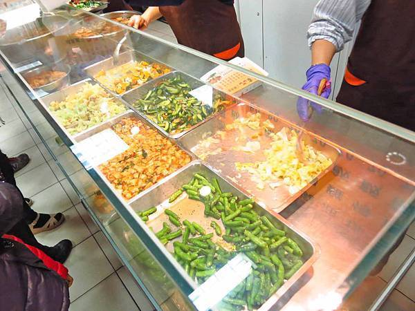 【蘆洲美食】東家三寶快餐店-長安街上的超人氣便當店