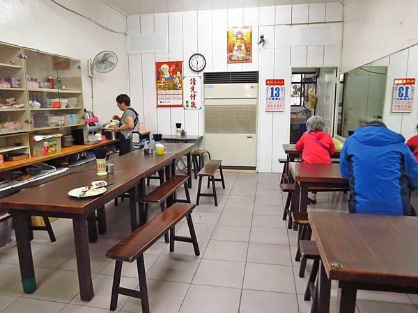 【台北美食】王記咖哩飯-用餐時間爆多人潮的便當店