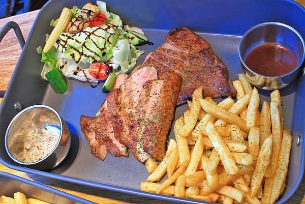【中和餐廳】Mastro Cafe-超級巨無霸份量的戰斧豬排