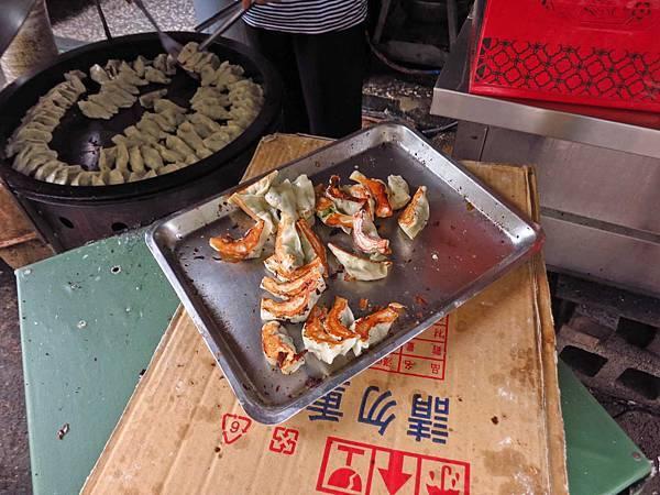 【台中美食】富台鍋貼-沒有明顯招牌卻有超便宜價格的3元鍋貼