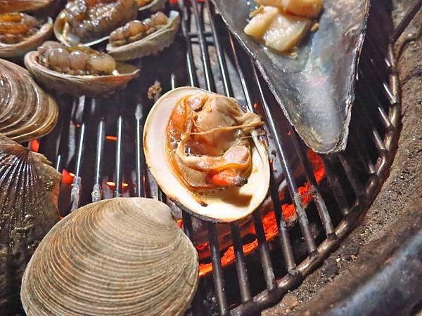 【韓國美食】貝殼倉庫조개창고-活生生比手還要大的海鮮吃到飽