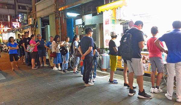 【台北美食】鍾家原上海生煎包-隱藏在士林夜市巷弄的水煎包
