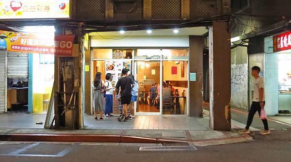 【台北美食】何家排骨酥-超過40年的西門町美食老店