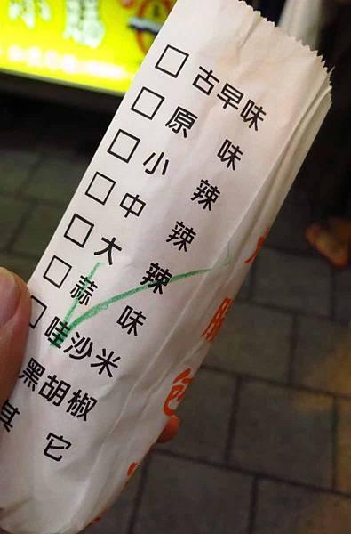 【台北美食】官芝霖大腸包小腸-士林夜市裡的超人氣排隊美食