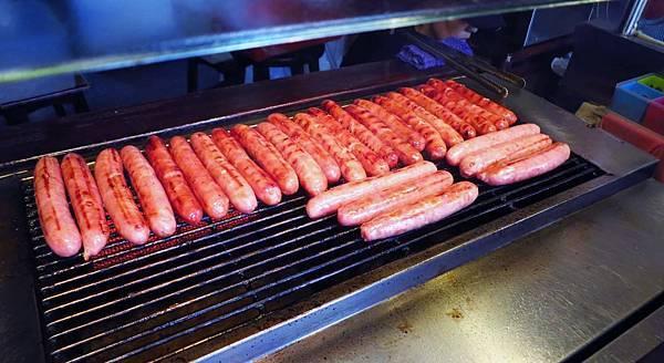【台北美食】李家現烤黑豬肉香腸-美味又迷人的香噴噴香腸