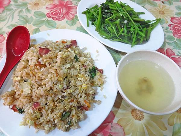 【台北美食】洪媽媽小吃部-大份量又美味的炒飯