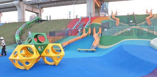【台北旅遊】大臺北都會公園「幸運草地景溜滑梯」-疏洪道新設施,免費又好玩的溜滑梯