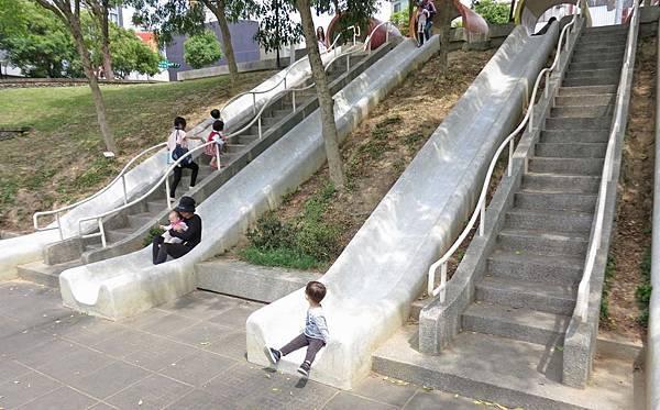 【桃園景點】老街溪河川教育中心-免門票免費玩到飽的超長溜滑梯