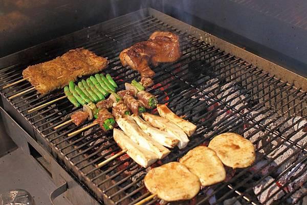 【三重美食】小六爺碳烤店-帶著碳烤香氣的純木碳平價碳烤店