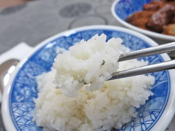 【台中美食】阿寶美食館-超多在地人推薦的炭香豬腳