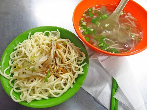 【五股美食】阿榮烏醋乾麵-美味又大碗的烏醋麵與骨肉湯