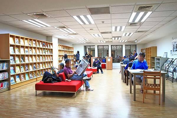 【全台第一座免費玩遙控飛機、機器人的圖書館!】新北市新店青年圖書館-不用花任何一毛錢就可以免費玩搖控飛機、機器人、電競比賽、還有超豪華設備的免費電影,全部一次玩透透!