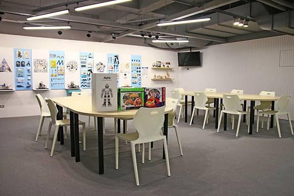 【全台第一座免費玩無人機、機器人的圖書館!】新北市新店青少年圖書館-不用花任何一毛錢就可以免費玩無人機、機器人、電競比賽、還有超豪華設備的免費電影,全部一次玩透透!