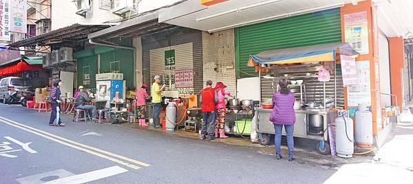 【三重美食】無名路邊攤美食-用餐時間不少人潮的虱目魚路邊攤美食店家