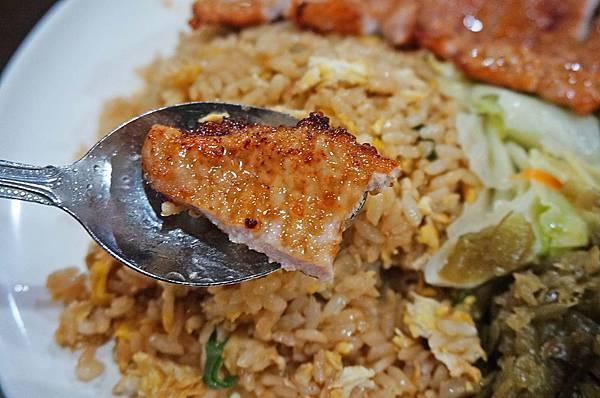 【淡水美食】淡水經濟小吃-比手掌還要大的超大份量排骨炒飯