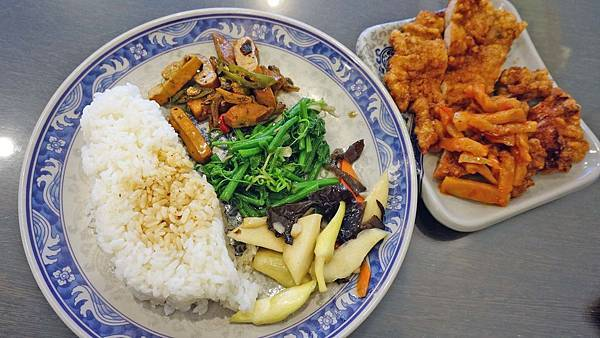【台北美食】華王排骨-40年老字號美味的排骨飯