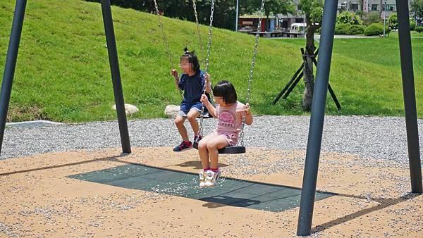 【台北景點】華山大草原遊戲場-盪鞦韆、溜滑梯、極限滑索等多項設施讓小孩免費玩到翻