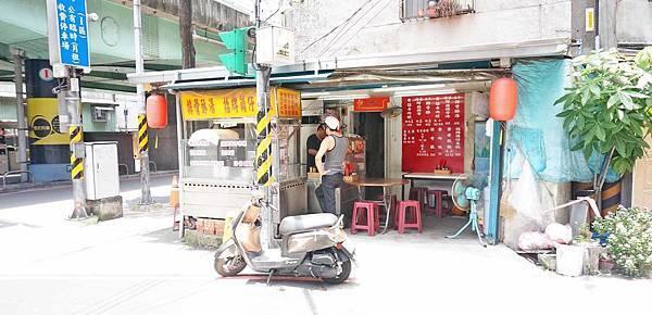 【板橋美食】排骨酥湯、招牌筒仔米糕-深受附近居民喜愛的美食小吃店