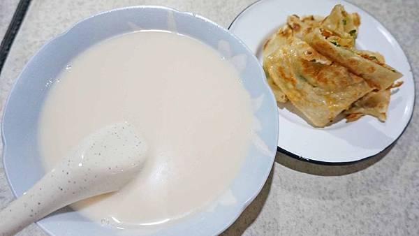 【台北美食】洪文豆漿小吃店-吃了會讓你愛不釋手的爆強豆漿蛋餅早餐店
