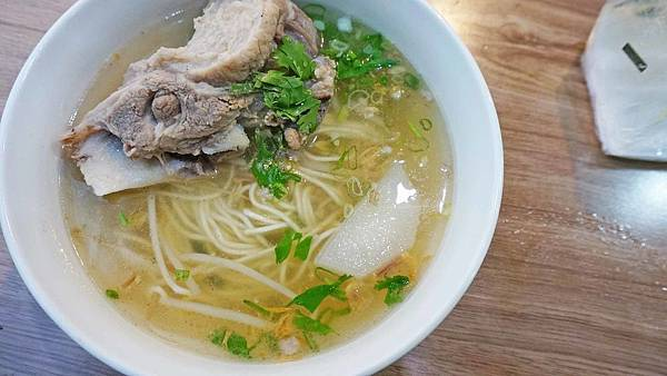 【台北美食】梁記大骨麵-比拳頭還要大的超大超有爽度的大骨湯美食