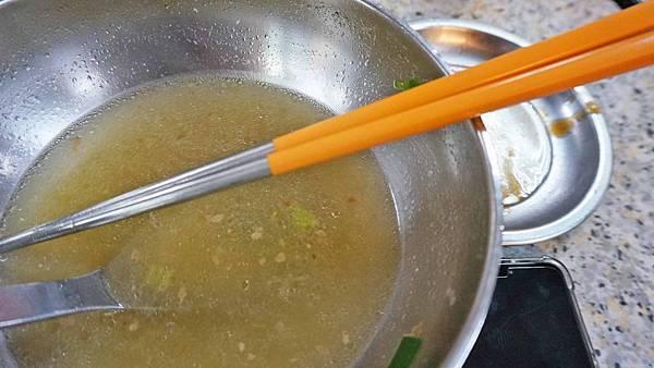 【台北美食】士東市場137號米粉湯-隱身在市場二樓比一般店家貴20元以上的超人氣米粉湯美食