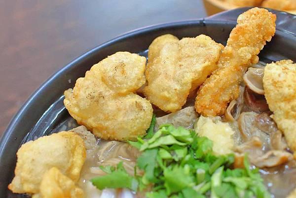 【台北美食】賴桑透抽蚵仔麵線-史上最誇張!一碗麵線裡有七種不同的配料