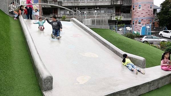 【台北景點】白雲公園-小孩愛不釋手,三種不同類型溜滑梯及多種盪鞦韆的特色公園