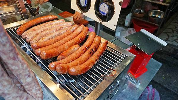【台北美食】阿凱士林香腸切仔麵-吃了會讚不絕口的巨無霸SIZE美味香腸
