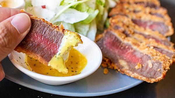 【台中早午餐推薦】春三朝午-酥脆軟嫩又迷人的炸牛排早午餐,網美級的超舒適環境!