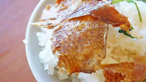 【三芝美食】60年代磚窯雞-皮酥肉嫩便宜又美味的烤雞店,在室內就能看到無敵海景!