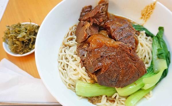 【台北美食】半島牛肉麵-比拳頭大的牛肉塊做成的超大份量牛肉麵