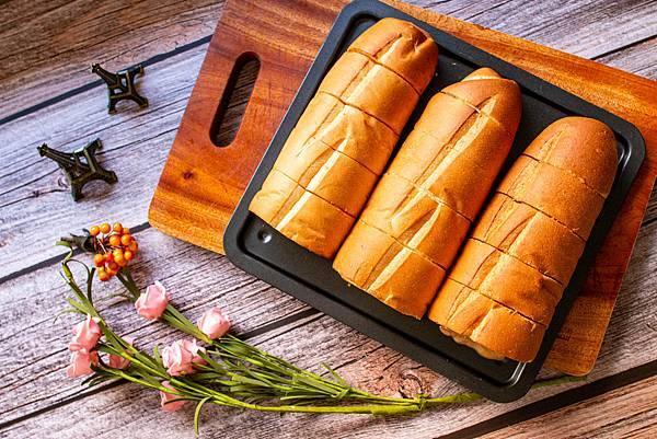 【新莊美食】里洋烘焙-每月熱賣數千條!外層酥脆裡面柔軟細緻的塔帕斯爆餡麵包,也可冷凍宅配
