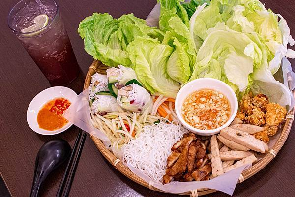 【台中美食】越好吃越南料理大里店-平日中午用餐時間也坐滿滿的越式巨無霸火鍋料理