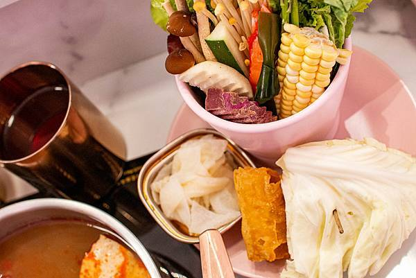 【台中美食】咾鍋風味鍋物-網美神級火鍋店,可愛的小熊火鍋,多樣變化的炙燒料理服務及化妝品甜點!