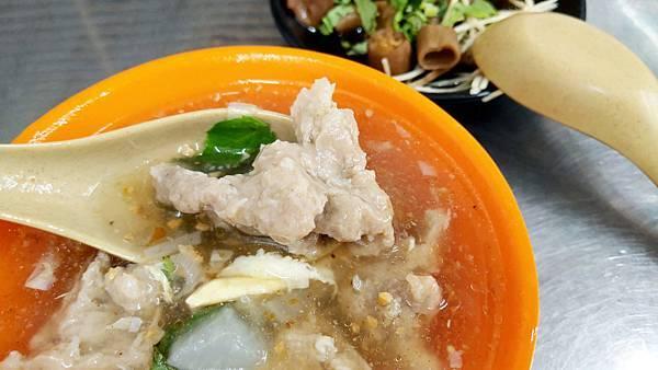 【板橋美食】許記15元油飯、2管麵線、臭豆腐-絕無僅有的銅板價格!15元油飯小吃店