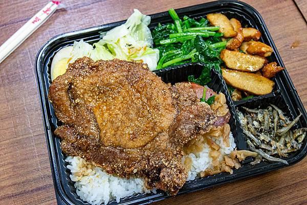【三重美食】阿賢排骨便當-用餐時間必定大排長龍的老字號排骨飯店