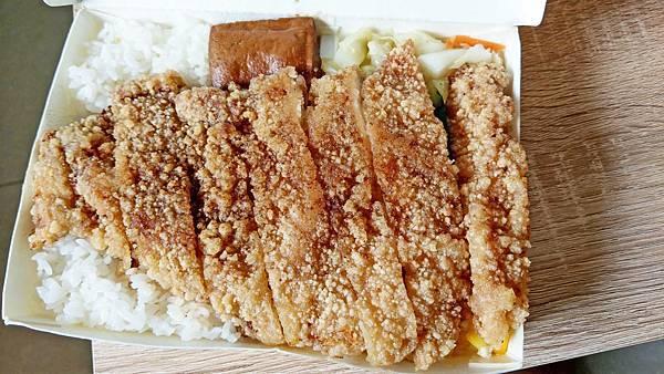 【蘆洲美食】柯家雞腿大王-雞排比臉還大厚度高達2公分以上的超高CP值便當店