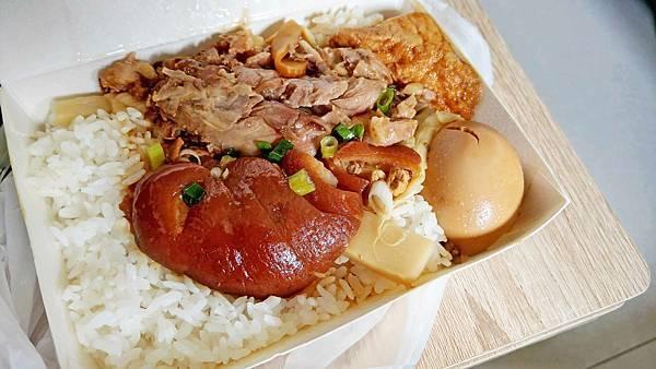 【中和美食】滷肉腳-還沒有到用餐時間就排到店門外的超人氣排隊豬腳飯